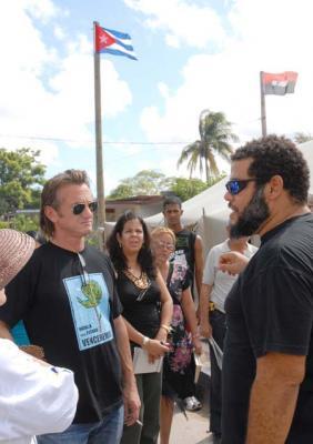 Sean Penn comparte con artistas cubanos en Isla de la Juventud