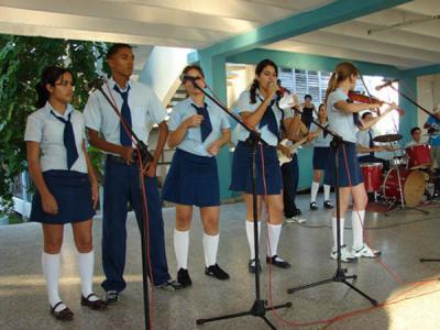 Estudiantes aficionados a la música reciben a los artistas