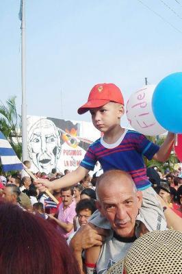 NIÑOS EN EL DESFILE DEL PRIMERO DE MAYO EN CUBA