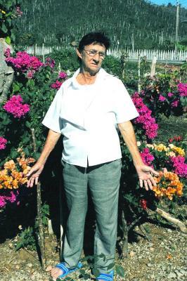 Caridad y su jardín en la falda de las montañas: Cuba