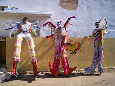 Vida sobre zancos: teatro callejero