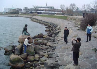 Cumbre de Copenhague. La sirenita espera sobre las piedras